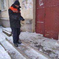 Уборка от снега, посыпка песком около подъездов