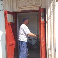 Окрашивание входных дверей